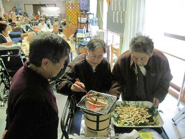 松茸を七輪で焼くなんとも味わい深いニオイに真っ先に誘われて来るのは男性です。