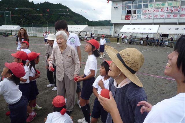 童心にかえって、自然と身体が動いているネ!おじいちゃんおばあちゃんも運動会。